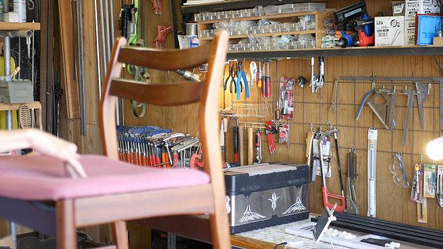(Vintage chair)ヴィンテージダイニングチェアの座面がきしんで凹んでいる
