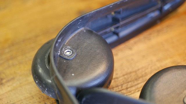 (THE NORTH FACE)ノースフェイス/キャリーバッグのタイヤを固定しているシャフトを削り取る