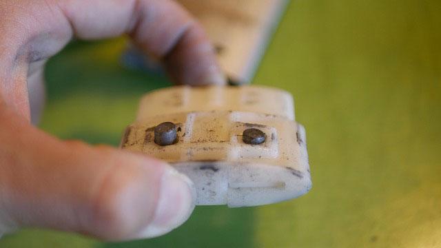 (TUMI)トゥミ/キャリーバッグのキャリーハンドルストッパー部品を解体する