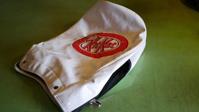 (KitKat)キットカット/キャディバッグのフードカバーロゴ刺繍回りの生地裂け