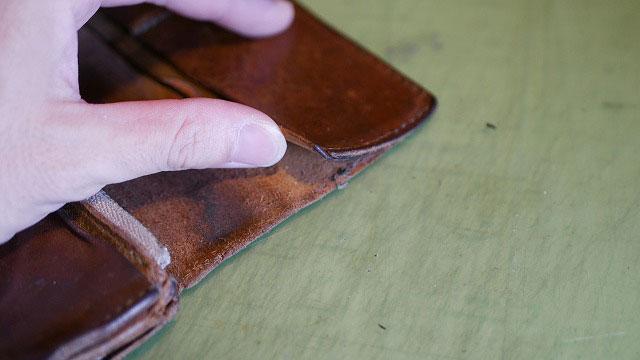 革財布のカードケース部分の縫製糸ほつれ