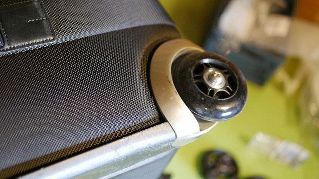 (TUMI)トゥミ/キャリーバッグのタイヤを交換したキャスターを取り付け