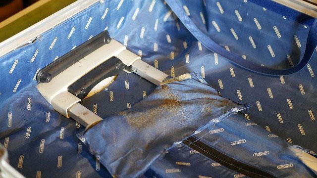 (RIMOWA)リモワ/トパーズの内装から粉が出る