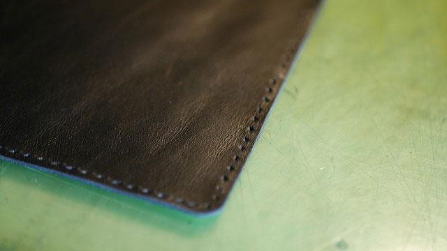 (TUMI)トゥミ/キャリーバッグの角当てに使用する革にステッチ用の下穴開け