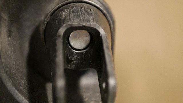 (TUMI)トゥミ/キャスター付きブリーフケースのタイヤハウス内をクリーニング