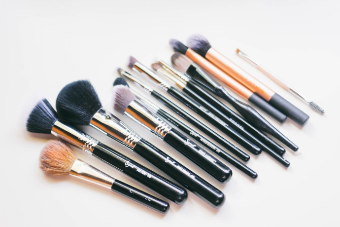 5 Signs You Need New Makeup Brushes | BondGirlGlam.com