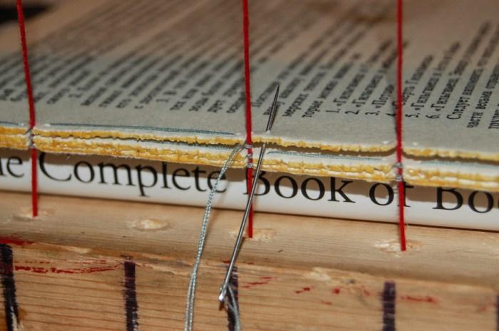 2014.10.17 - 04 - Шитьё книги на швальном станке с подложенной книгой - Dog Tooth Oversewing