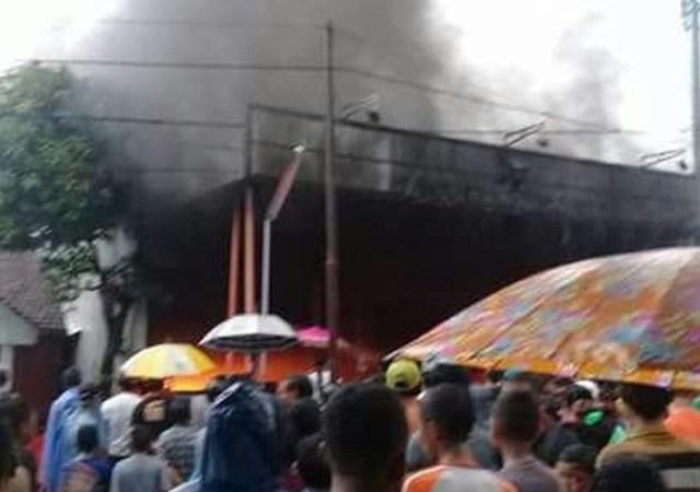 Toko Elektronik di Pasar Cerme Gresik Ludes Terbakar