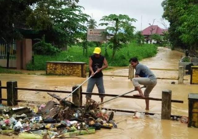 Kebiasaan Membuang Sampah Sembarangan Adalah Perbuatan Rendah dan Tak Beradab