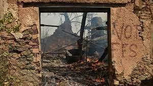Une maison ravagée par les flammes à Tizi Ouzou dans la région kabyle de l'Algérie. Le 10 août 2021. AFP - RYAD KRAMDI
