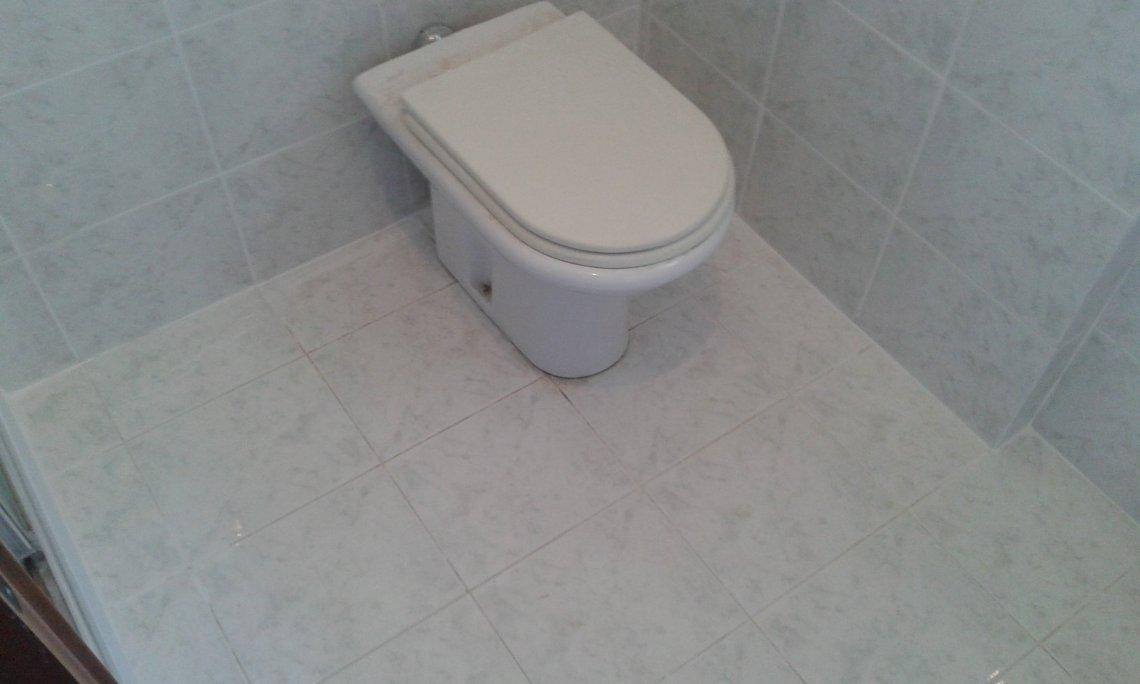 Questa operazione è stata fatta in tutto il bagno, qui il pavimento prima dell'intervento...
