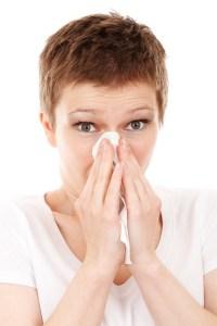 鼻をかんでいる女性の写真