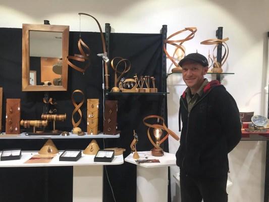 Bertrand Beal et ses créations en bois dans sa boutique rue des Arts