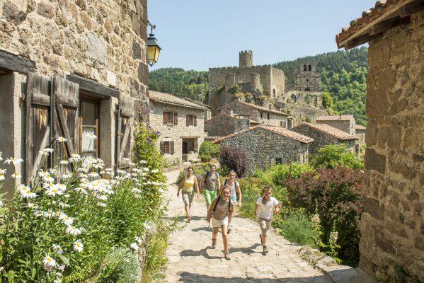 Le village de Chalencon dominé par sa chapelle du XIIe et le donjon du château de la famille Polignac.