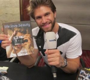 """Keegan Allen präsentiert sein Buch """"life.love.beauty""""."""