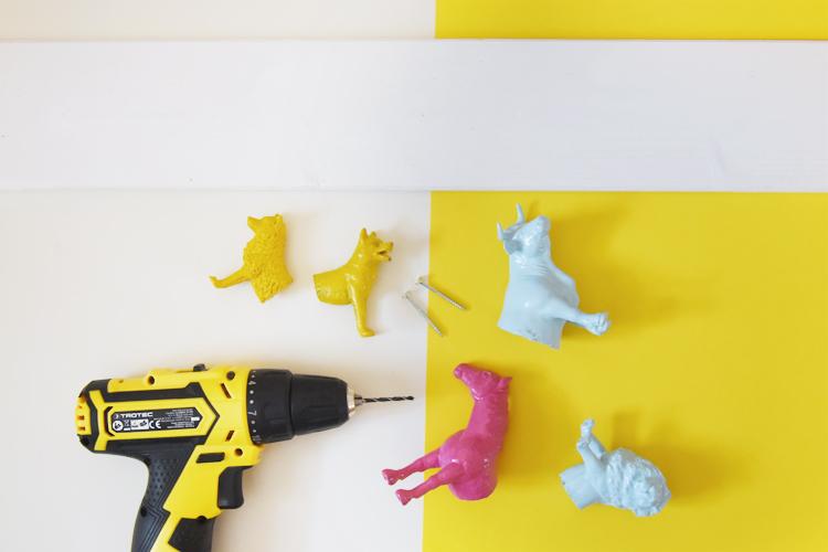 Garderobe fürs Kinderzimmer selber bauen aus Schleichtieren