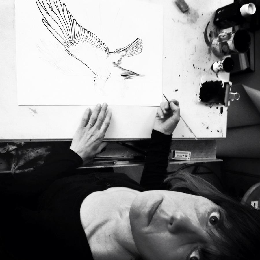 Céline Guichard à la table à dessin - Photo Alain François
