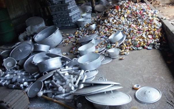 Nồi nhôm sản xuất xong bị vứt la liệt dưới đất cùng với nhựa phế thải