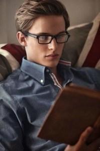 un bel homme en pleine lecture