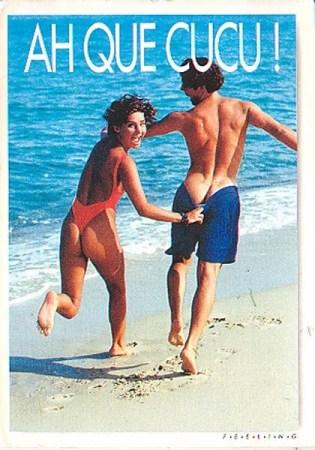 une ancienne carte postale des années 20 avec un homme et une femme courant sur le sable