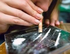 Voter avec son argent : jeune fille consommant de la cocaine et ignorant très certainement les conséquences