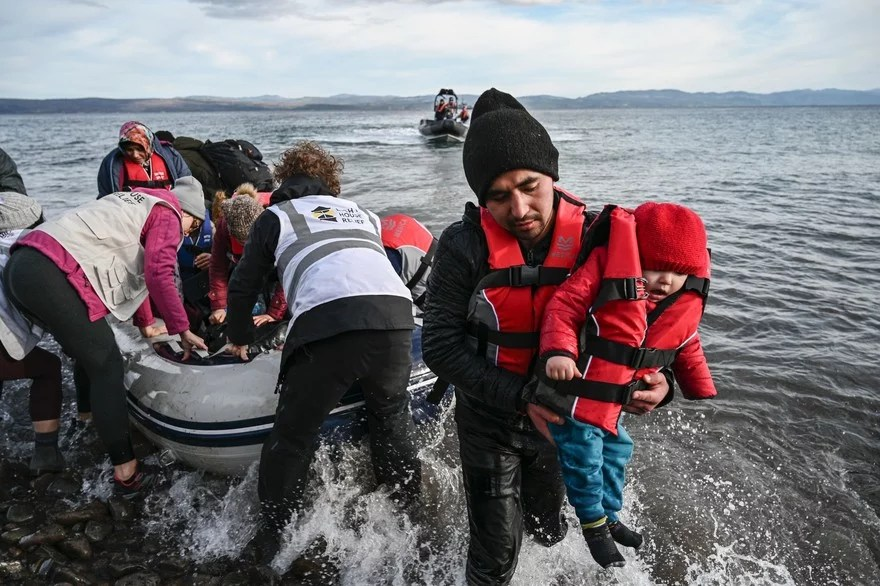 Photo de migrants mettant en rage le raciste