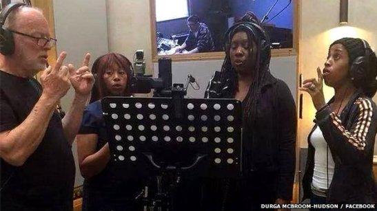 Albümde yer alan vokallerden biri olan Durga McBroom-Hudson'ın (en sağda) kayıt sürecine dair paylaştığı fotoğraf