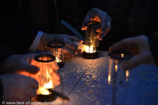 On allume les lampions pour suivre le conte du soir. Ecomusée d'Alsace.