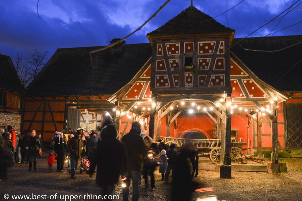 Le cortège passe par la belle cour de ferme de Rumersheim.