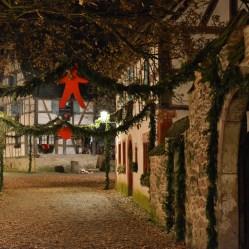 A l'Ecomusée d'Alsace les rues sont décorées comme autrefois