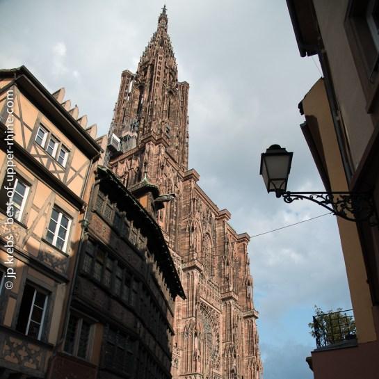 Façade et tour de la cathédrale Notre-Dame à Strasbourg.