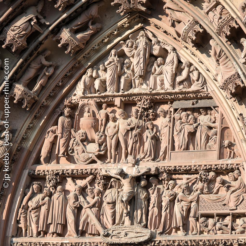 Tympan sculpté. Façade de la cathédrale de Strasbourg.
