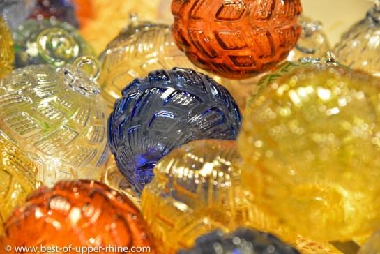 Boules de Noël soufflées à la bouche au Centre International de l'Art Verrier à Meisenthal.