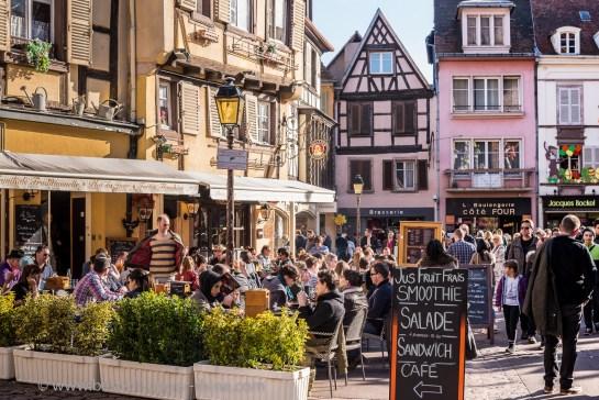 Terrasse de café place des Dominicains à Colmar