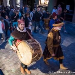 au son du tambour, le groupe avance dans les rues de Riquewihr…