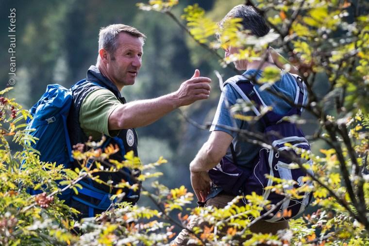 Mathieu guide son groupe sur la corniche du lac Blanc