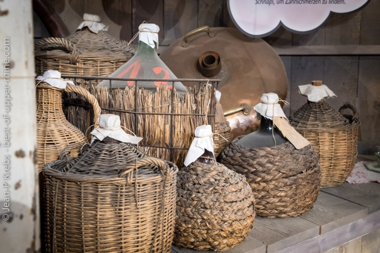 Bonbonnes de schnaps à l'écomusée d'Alsace