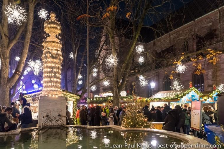 Le marché de Noël de Bâle et sa forêt enchantée à côté de la cathédrale.