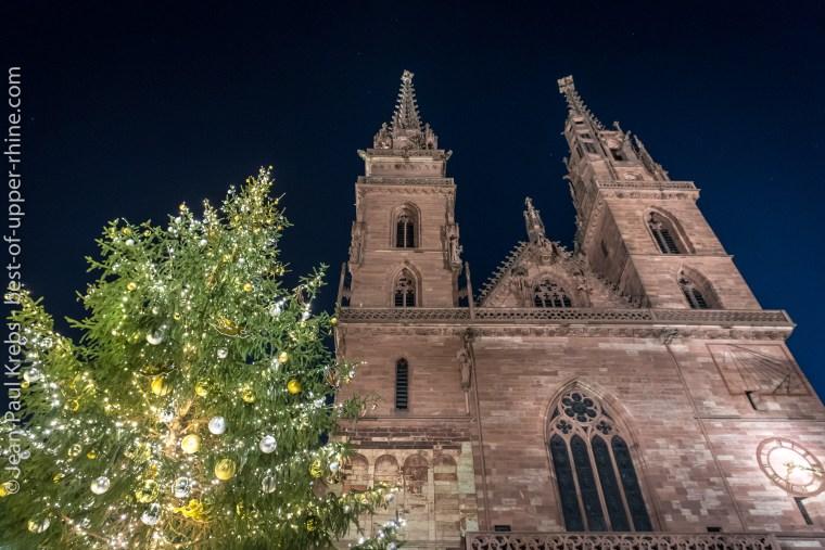 Le sapin de Noël sur la place de la cathédrale à Bâle.
