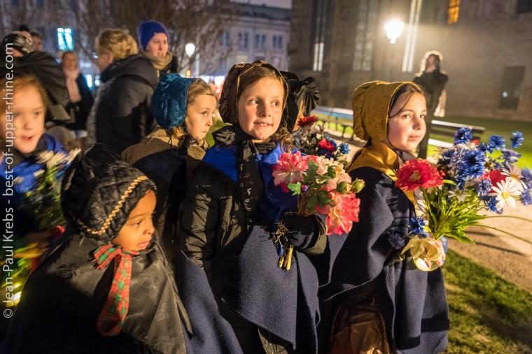 Petites alsaciennes en costume traditionnel. Inauguration du marché de Noël de Colmar le 23 novembre 2018.