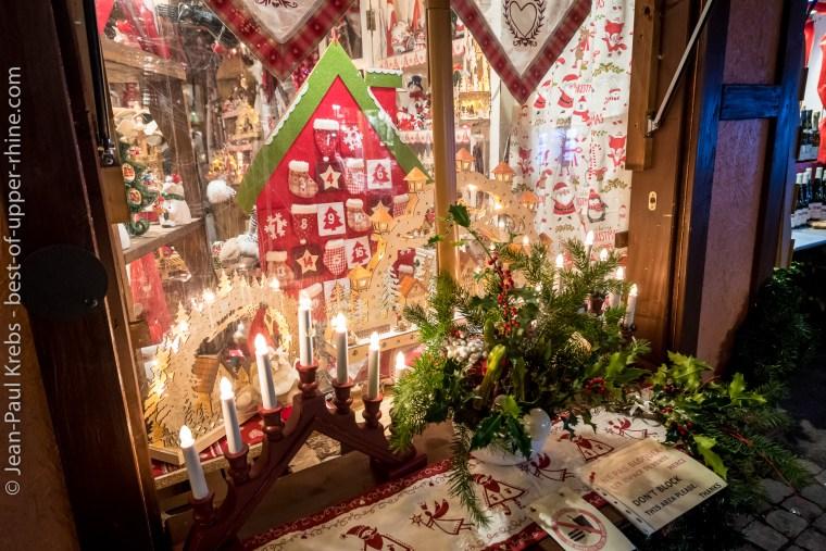 Décoration d'un chalet du marché de Noël de Colmar