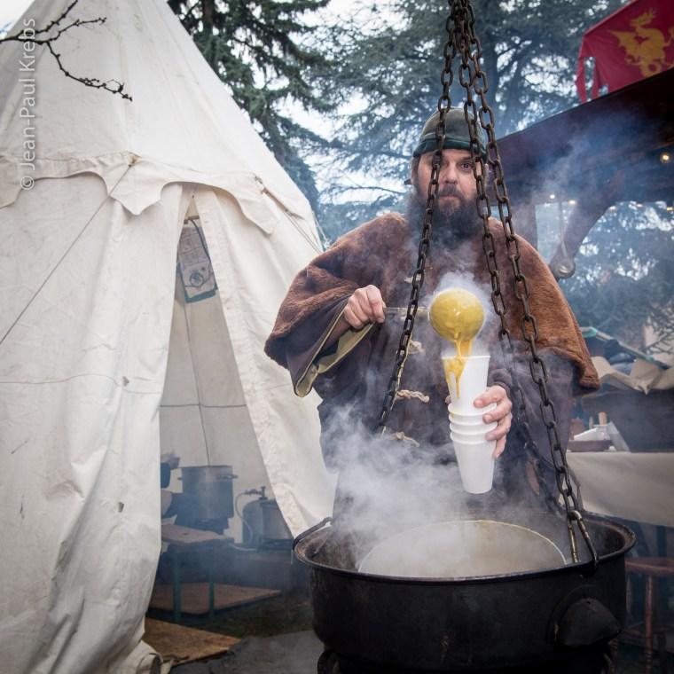 La soupe aux légumes cuite dans le chaudron magique