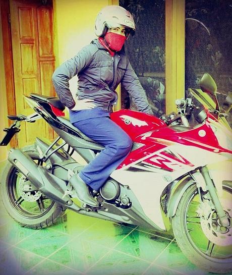 Lady biker penunggang R 15