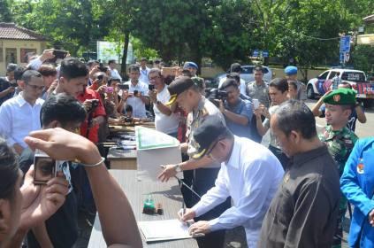 penandatanganan deklarasi pembubaran club motor oleh ketua club motor, Kapolres Sukabumi, Bupati Sukabumi, Dandim 0622 Sukabumi dan Ketua DPRD Kab. Sukabumi
