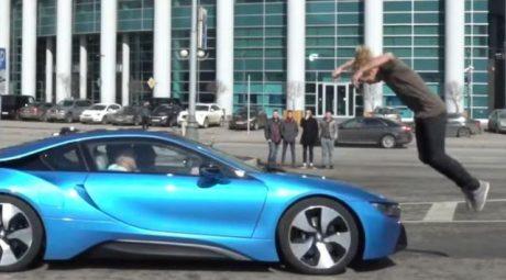 Aksi Pria Nekat Melompati Sebuah BMW i8