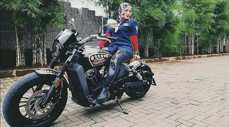 Ladies Biker Moge Indian Scoot 1200 cc dan MW Agusta Brutalle 800cc