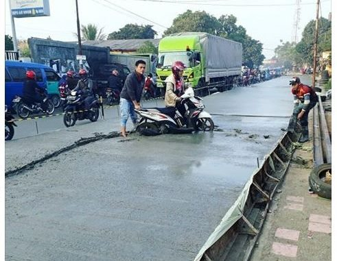 Power Of Emak-emak, Jalan Baru Dicor Dilindes