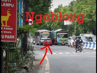 Sedan-Hatch-Back-Berani-Nantangin-Bus-Ngeblong-Lawan-Aarah