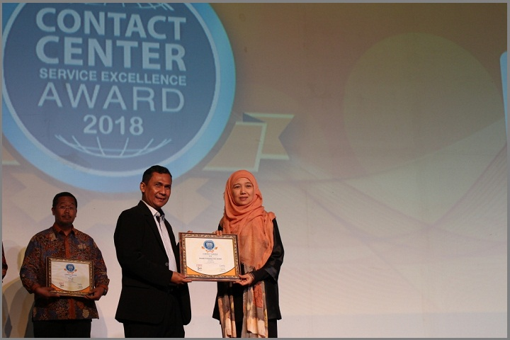 General Manager Honda Customer Care Center (HC3) AHM Istiyani Susriyati menerima penghargaan Contact Center Service Excellence Award (CCSEA)2018