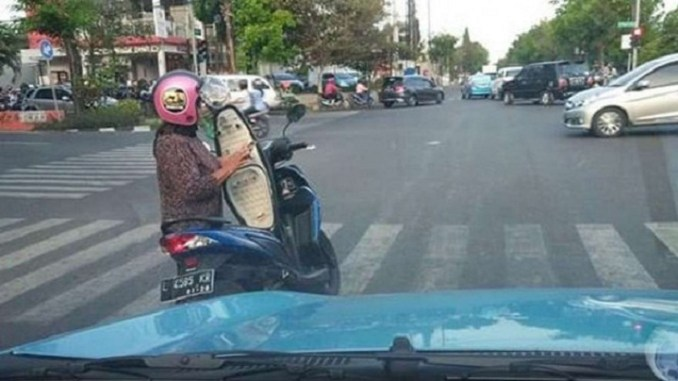 power of emak-emak, cek HP tengah jalan